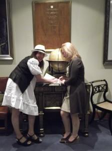Sara Navarro y Teresa Nieto procediendo a la firma del acuerdo