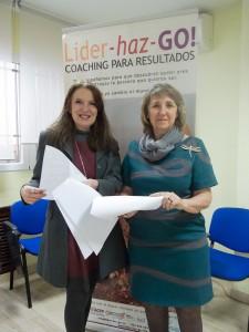 Sara Navarro, Presidenta de AMMDE, y María Manzano, CEO & FOUNDER de LIDER-HAZ-GO! revisan el acuerdo antes de su firma.