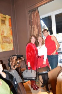 Aurora Granero, ganadora del bolso portashoes SARAHWORLD, flanqueada por Sara Navarro y nuestra invitada de lujo Juncal Rivero.