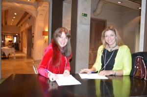 El acuerdo entre AMMDE y CLAUDIA DI PAOLO en plena firma.