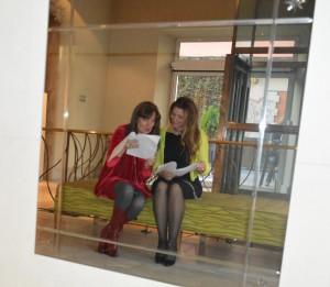 Sara Navarro y Claudia di Paolo repasando el documento de acuerdo antes de su firma.