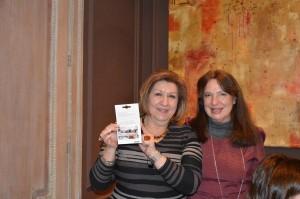 Tessa Aparicio, ganadora del premio a la mejor carta a los Reyes Magos, recibe el cupón regalo de IKEA (200 €) de manos de la Presidenta de AMMDE, Sara Navarro.