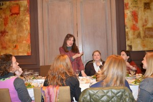Sara Navarro, Presidenta de AMMDE, da la bienvenida a las asistentes al primer encuentro mensual de la Asociación en 2015.