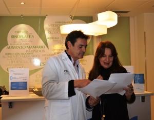 Juan Carlos de Gregorio y Sara Navarro comentan los detalles del acuerdo que están a punto de firmar.