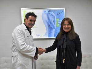 Juan Carlos de Gregorio y Sara Navarro se dan la mano tras la firma.