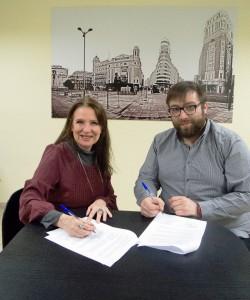 Sara Navarro y Carlos Mira Manzano firman el acuerdo de colaboración entre AMMDE y él como profesional de la fotografía y el vídeo.