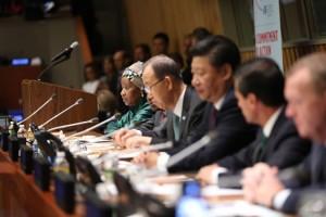 """Líderes mundiales se reúnen en las Naciones Unidas el 27 de septiembre de 2015 en la """"Reunión de Líderes Mundiales sobre igualdad de género y empoderamiento de las mujeres: un compromiso para la acción"""" para comprometerse personalmente a acabar con la discriminación contra las mujeres antes del 2030 y anunciar medidas concretas y medibles que pongan en marcha cambios en sus respectivos países. Foto de izquierda a derecha: la Directora Ejecutiva de ONU Mujeres, Phumzile Mlambo-Ngcuka (facilitadora); el Secretario General de las Naciones Unidas, Ban Ki-moon (co-presidente de la sesión); y el Presidente de la República Popular China, Xi Jinping (co-presidente de la sesión). Foto: ONU Mujeres/Ryan Brown."""