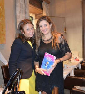 """Claudia di Paolo, ganadora del libro que sorteamos """"Presencia de la Mujer en Cargos de Responsabilidad"""", con Beatriz Parreño"""