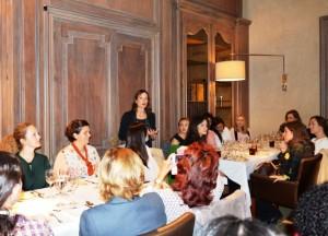 Dña. Laura Ruiz de Galarreta dirigiéndose a las asistentes al almuerzo de AMMDE.