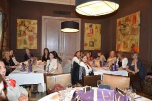 Las asistentes al almuerzo durante un momento de la charla de Gemma Gallego.