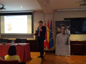 El Dr. Eduardo de Frutos, de la FUNDACIÓN TEJERINA, ofreció una instructiva charla sobre tratamientos de medicina estética.