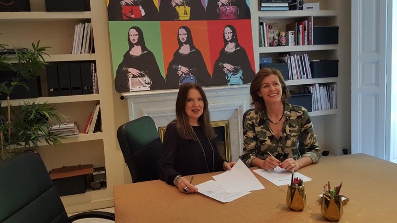 Momento de la firma con Sara Navarro, Presidenta de AMMDE, y Nuria March.
