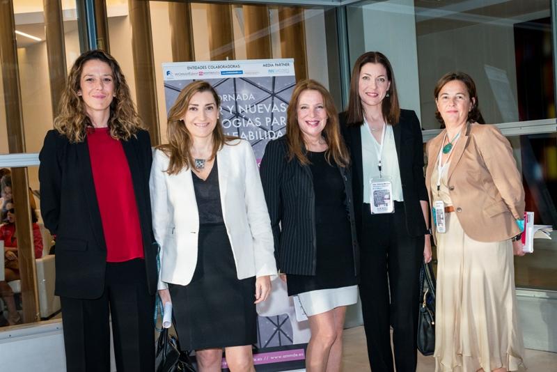 Antes de comenzar, de izquierda a derecha: Sara Crespo y María José Ramos, de Garrigues; Sara Navarro, Presidenta de AMMDE; Dolores Moreno, Directora General de la Mujer de la Comunidad de Madrid; y Margarita Villegas, Vicepresidenta de AMMDE y Directora de Contenidos de la Jornada.