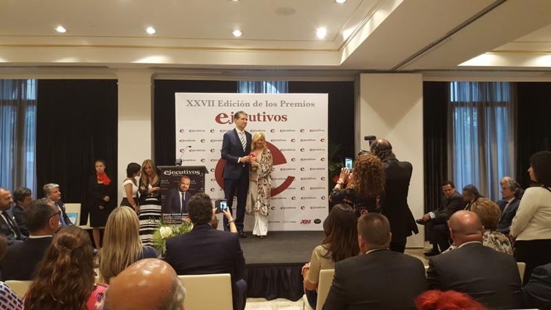 Irene Navarro, socia de AMMDE y Directora de la Fundación Madrid Excelente, entregó uno de los galardones.