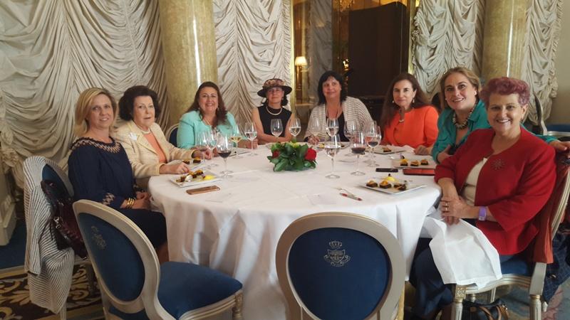 Mesa con Giovanna Calderón, socia de AMMDE y Presidenta de Mujeres para el Dialogo y la Educación.