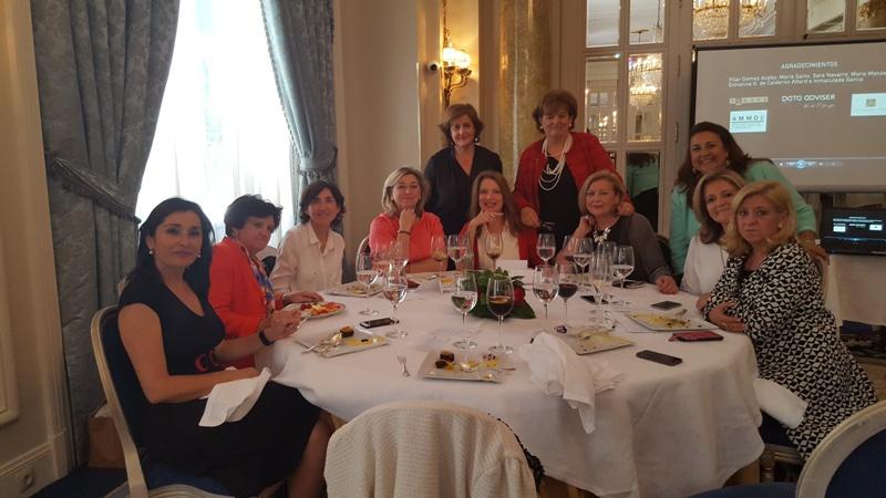Mesa con la Presidenta de AMMDE, Sara Navarro, y la invitada al evento, Lucía Cerón (Directora del Instituto de la Mujer y para la Igualdad de Oportunidades), a su derecha.